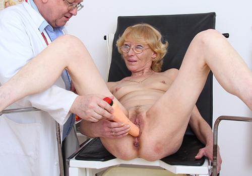 Anna eine reife blonde Küken bekommen in dem Video untersucht