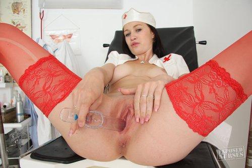 Brunette mit natürlichen Busen zeigt rote Strümpfe und Krankenschwester Uniform