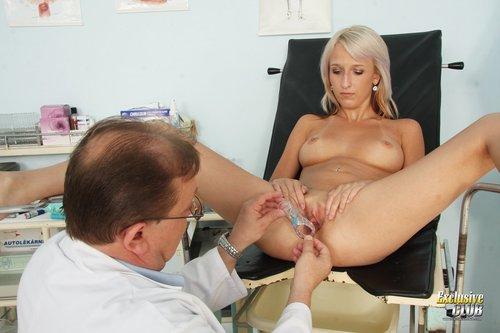 Schauen Sie sich sexy Karolina untersuchen zu lassen