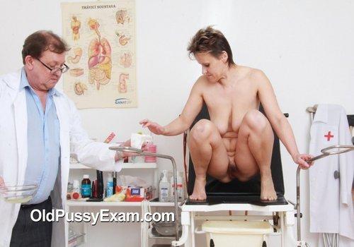 Tonca besucht die Testraum für eine Pussy-Prüfung