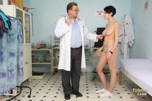 Vollbusige Brünette Rita Nackt in Arztzimmer
